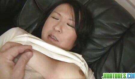 Lustvolle kostenlose deutsche pornovideos Brünette im Rock reitet einen fetten weißen Schwanz auf der Couch